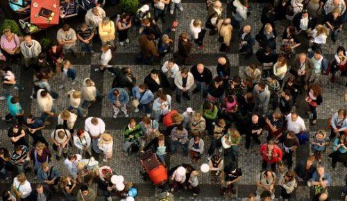 Folkmassa uppifrån.