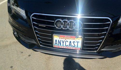 """Audi med registreringsskylt med texten """"ANYCAST""""."""
