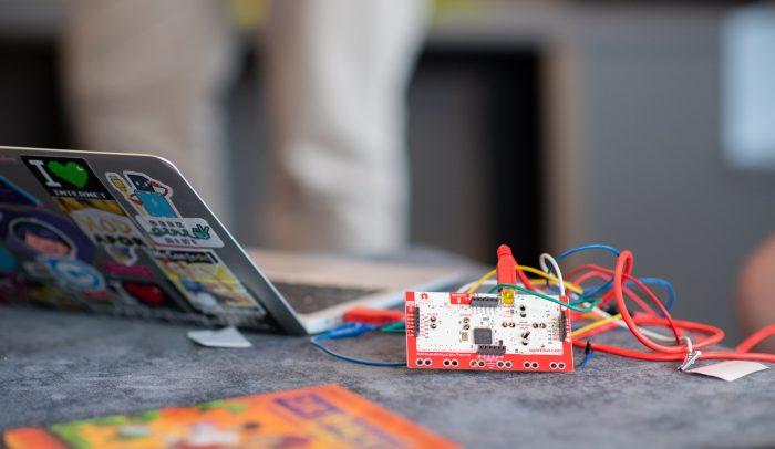 Dator och elektronik på bord.