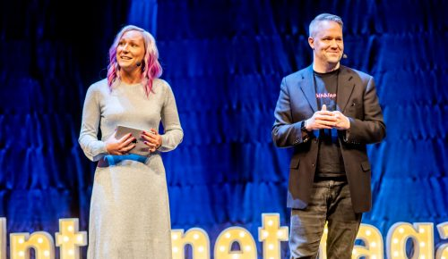 Måns Jonasson och Isadora Hellegren presenterar på Internetdagarna