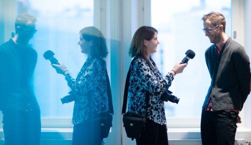 Kvinna intervjuar man