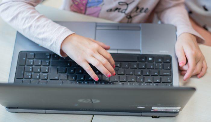 barnhänder på tangentbord
