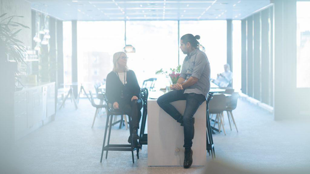 Medarbetare på Internetstiftelsen samtalar i köket.