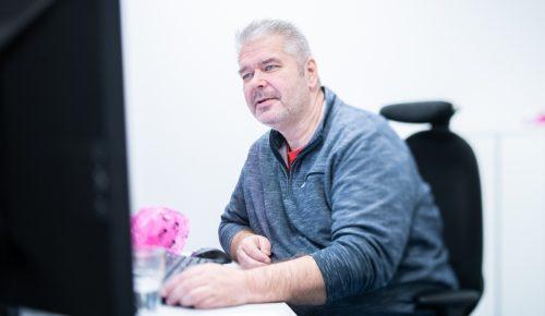 Peter Forsman arbetar vid kontor.