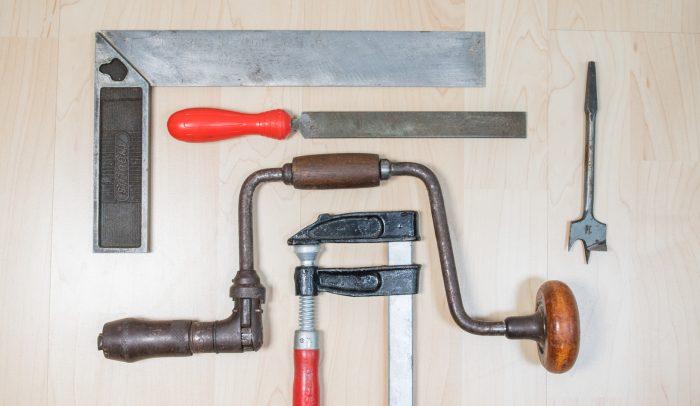 Olika verktyg ligger på bord.