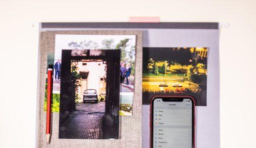 Iphone ligger bland fotografier.