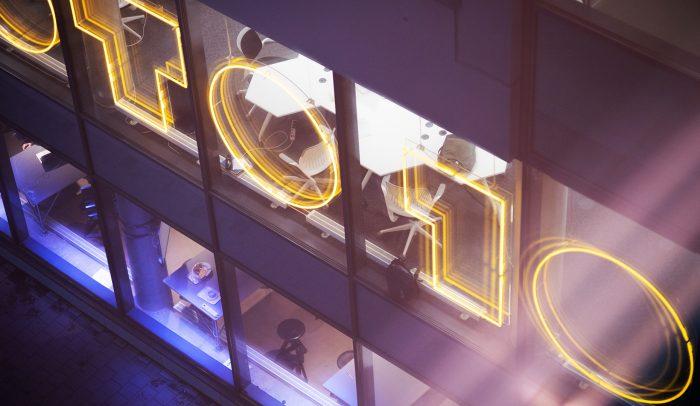 Goto 10:s logga i neon på fasadvägg