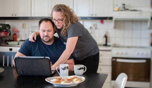 Par använder dator i kök.