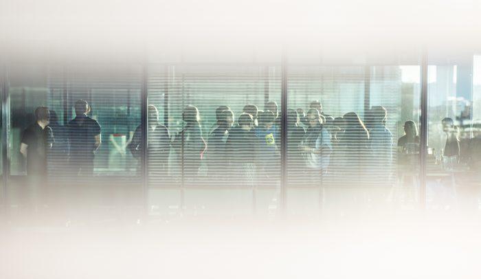 MIngelbild genom fönster på Internetstiftelsens personal