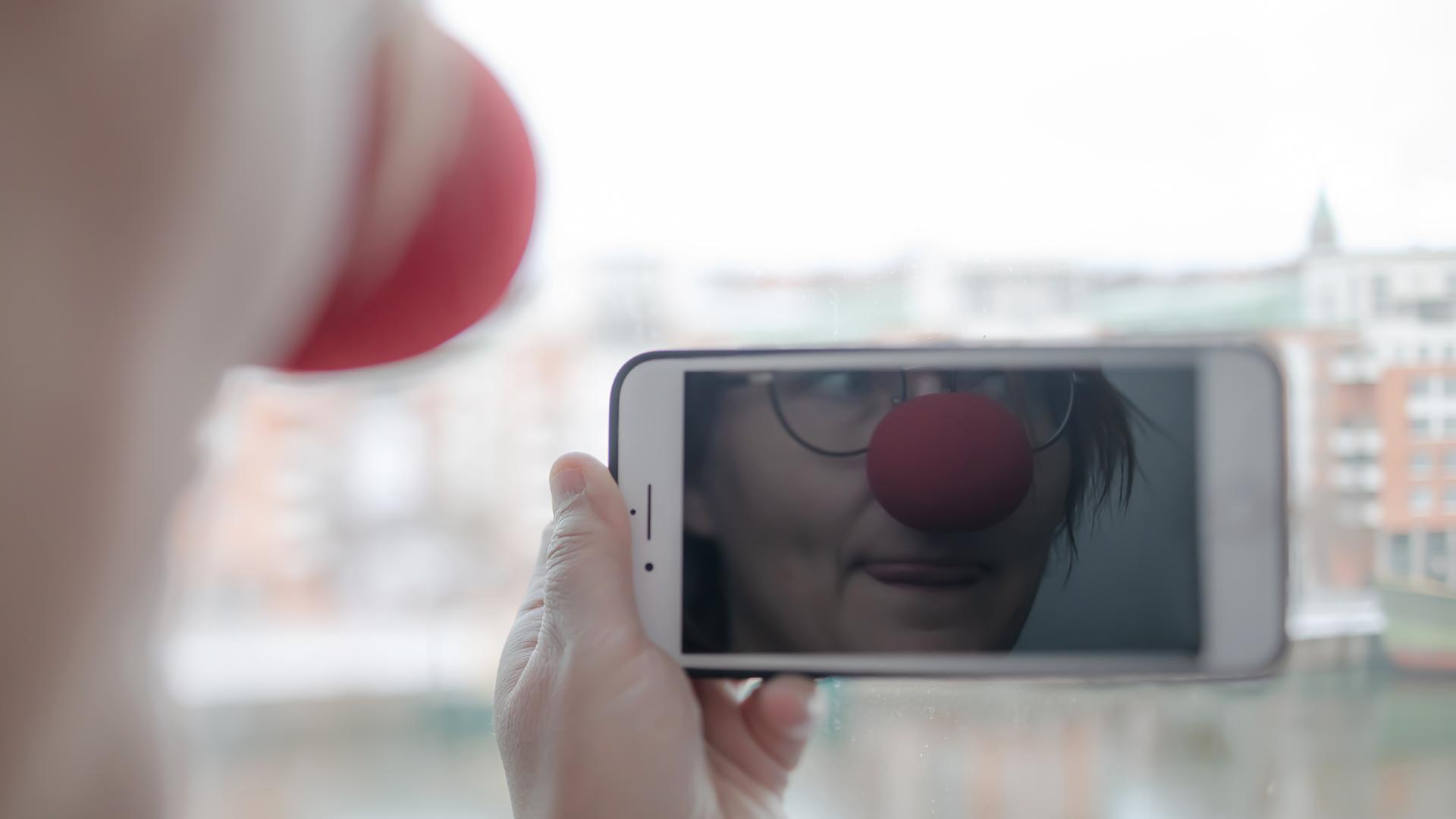 Clownnäsa i mobilskärm.