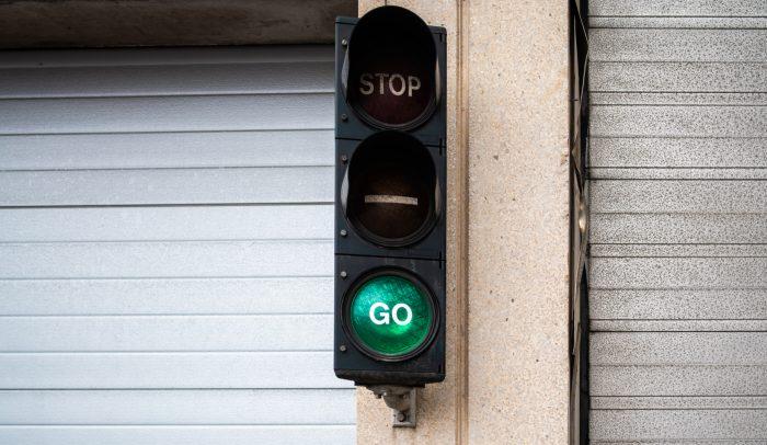 Trafiksignal visar grönt.