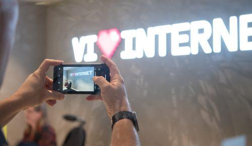 """Person fotograferar """"vi hjärta internet"""" med mobiltelefon."""