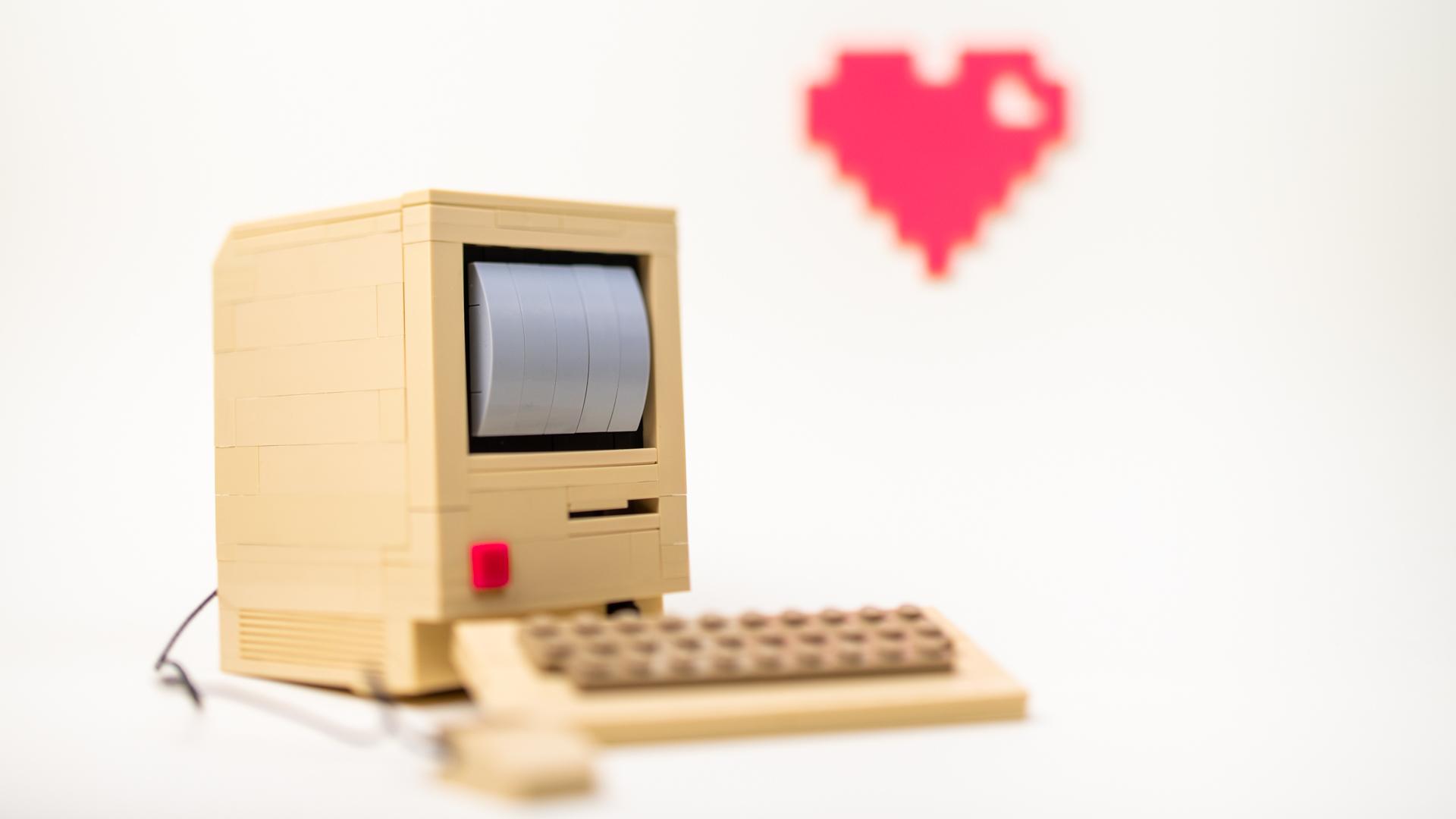 Dator av lego och pixelhjärta.
