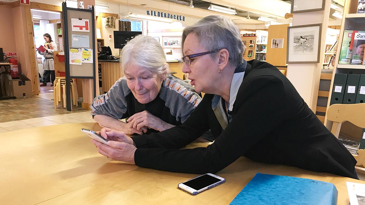 Äldre kvinnor använder mobiltelefon.