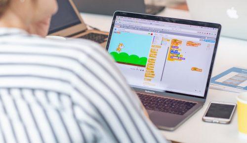 Person arbetar vid laptop med programvara som lär barn att programmera