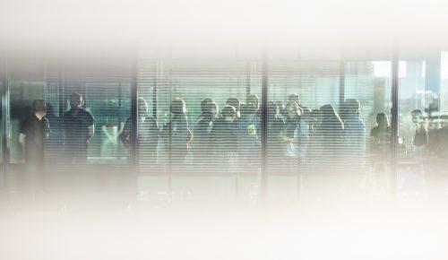 MIngelbild genom fönster på Internetstiftelsens personal.
