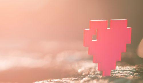 Pixelhjärta står i solen.