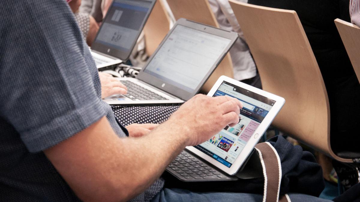 Rader med åhörare använder laptops.