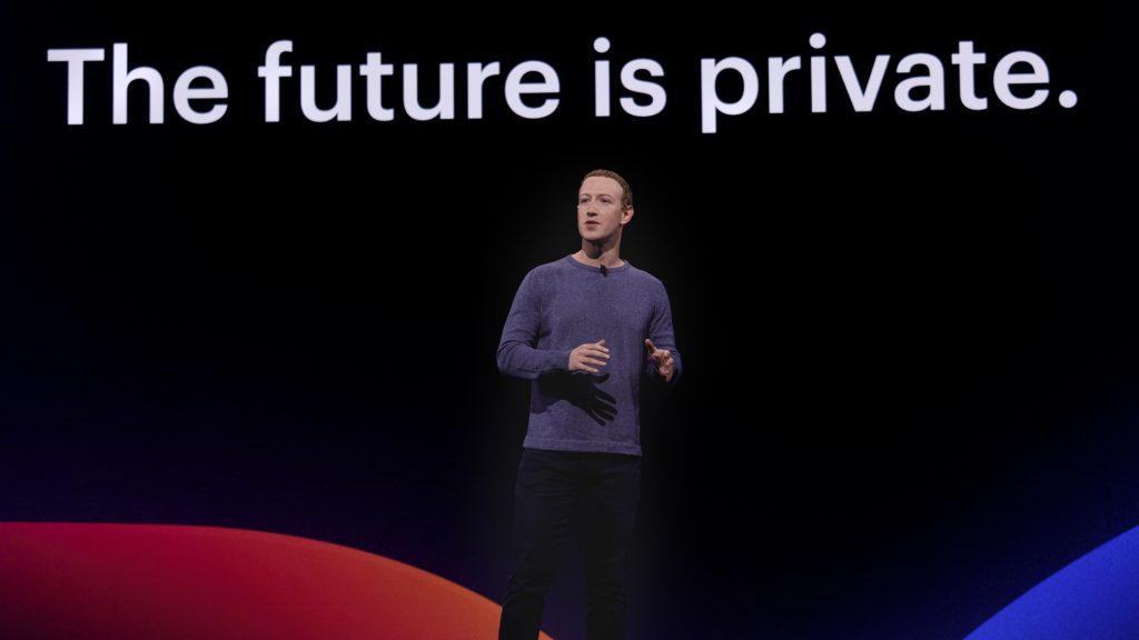 """Facebooks grundare Mark Zuckerberg håller tal, med texten """"The Future is private"""" skrivet bakom."""