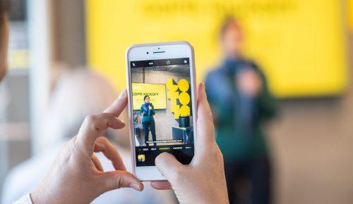 mobiltelefon som tar bild på GDPR-skylt