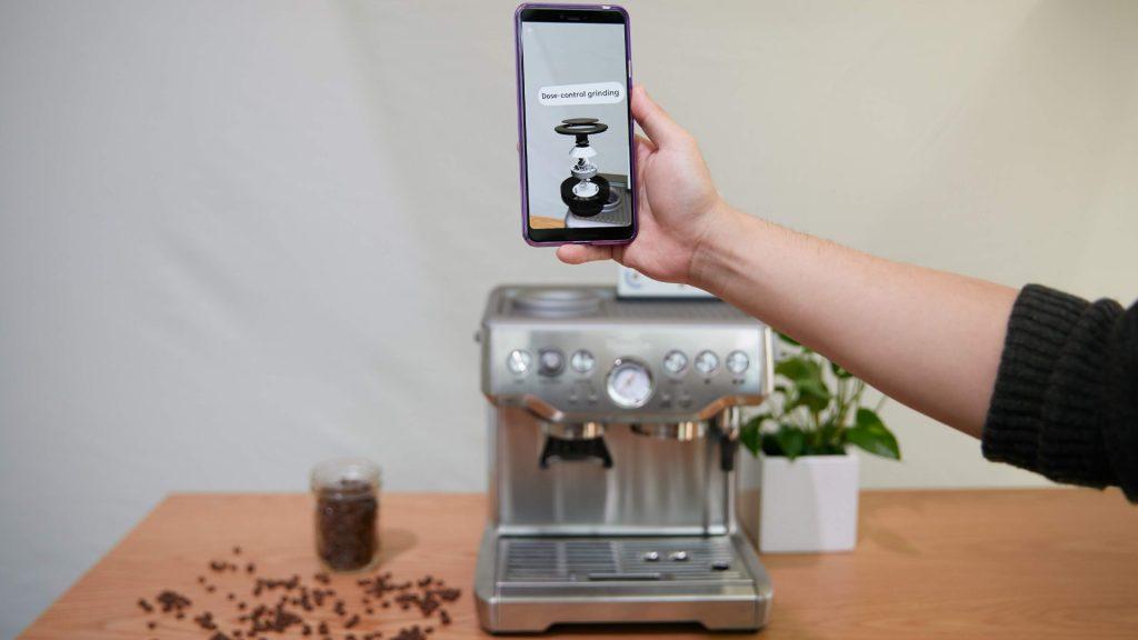 Mobiltelefon som använder kameran för att samla information och presentera på skärmen med hjälp av så kallad förstärkt verklighet.