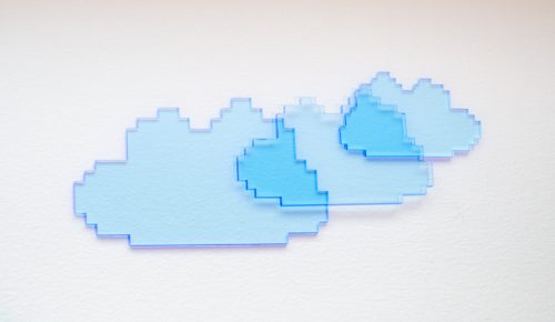 Tvådimensionella pixelmoln av blå genomskinlig plast.
