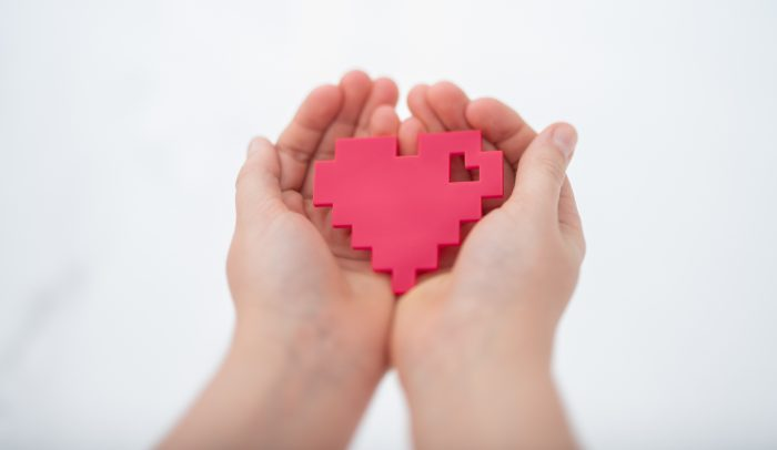 Händer med Internetstiftelsens logga i handen, ett hjärta.