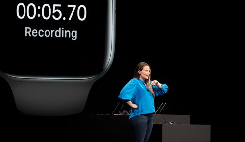 Apple demonstrerar Apple Watch på scen.