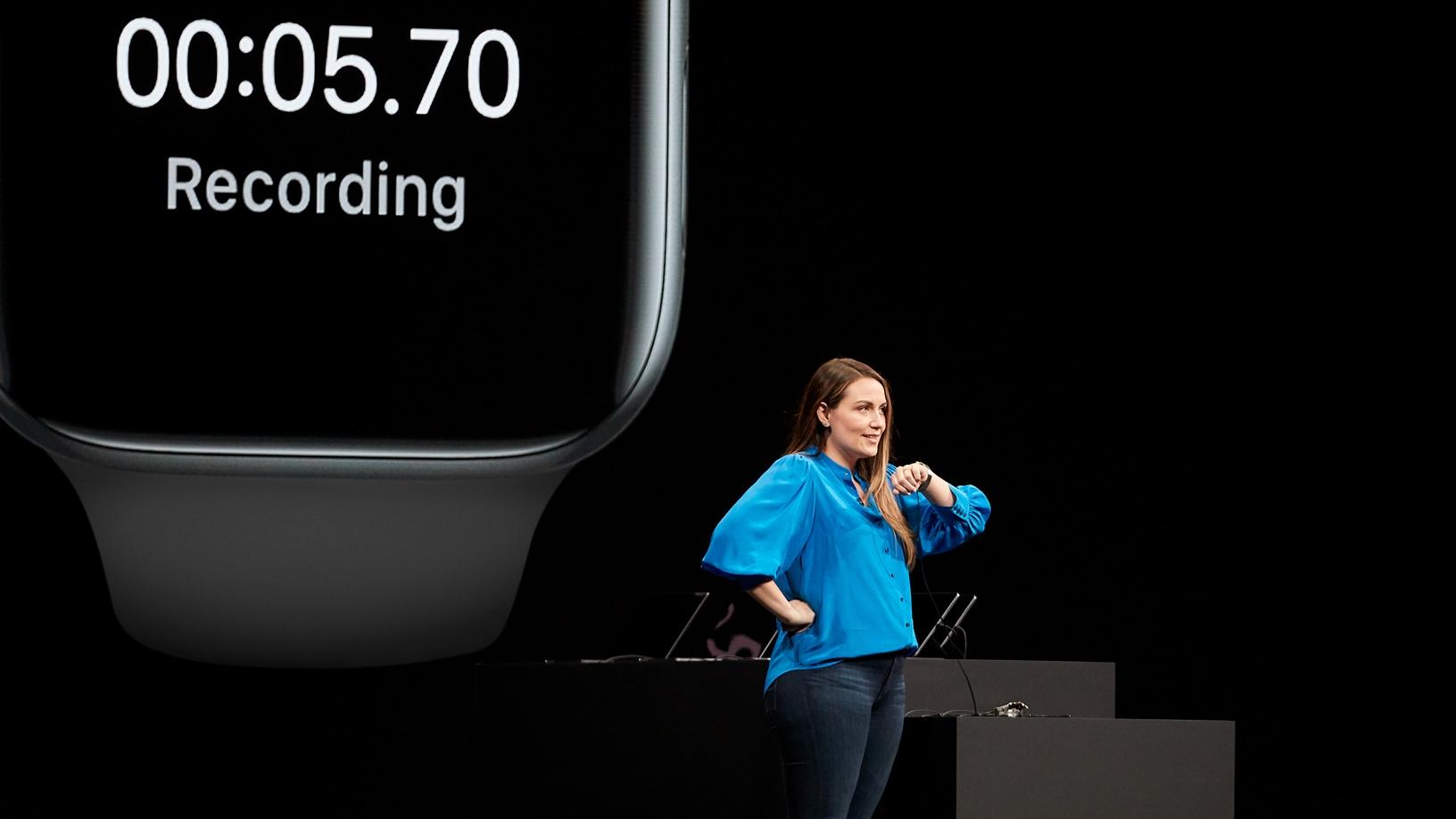 Apple demonstrerar Apple Watch på scen.