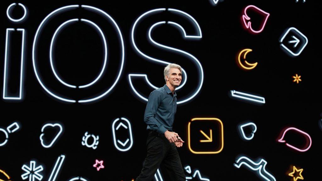 Apples mjukvaruchef Craig Federighi visar upp nya funktioner i operativsystemet IOS.