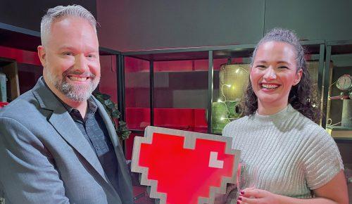 Måns Jonasson och Aisha Mossberg håller i ett Internetstiftelsehjärta