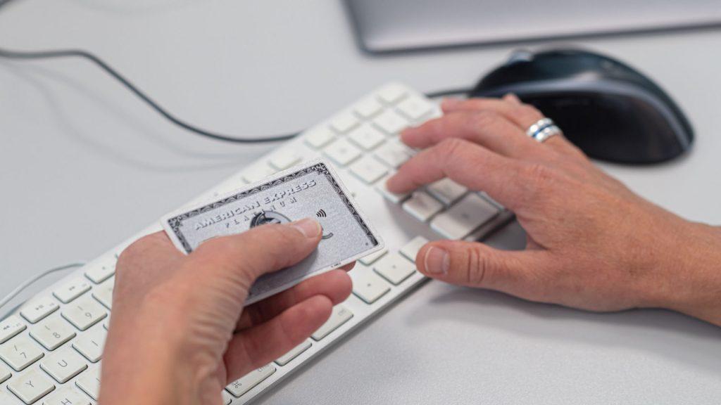 Person som skriver in sina kortuppgifter i datorn.