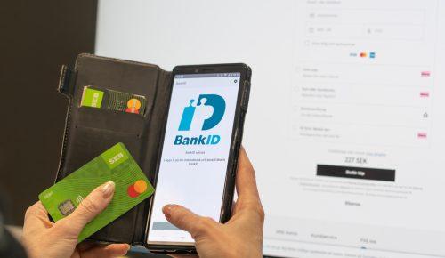 Betalning med bankkort och mobiltelefon.