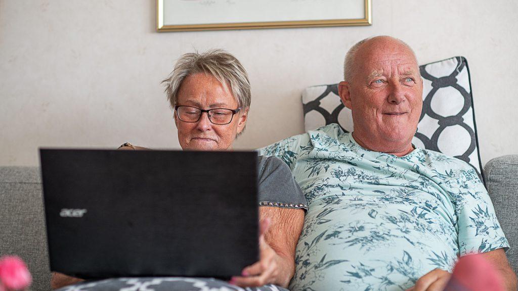 Äldre par som använder en dator.