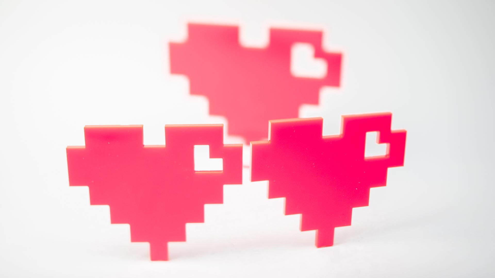 Pixelhjärtan på vit bakgrund.