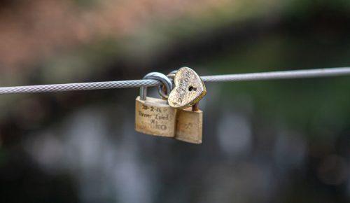 Hänglås som hänger på en ståltråd