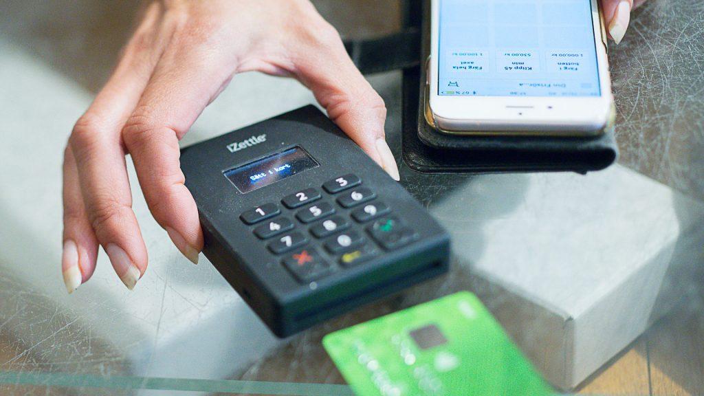 Betalning med kort och mobiltelefon.