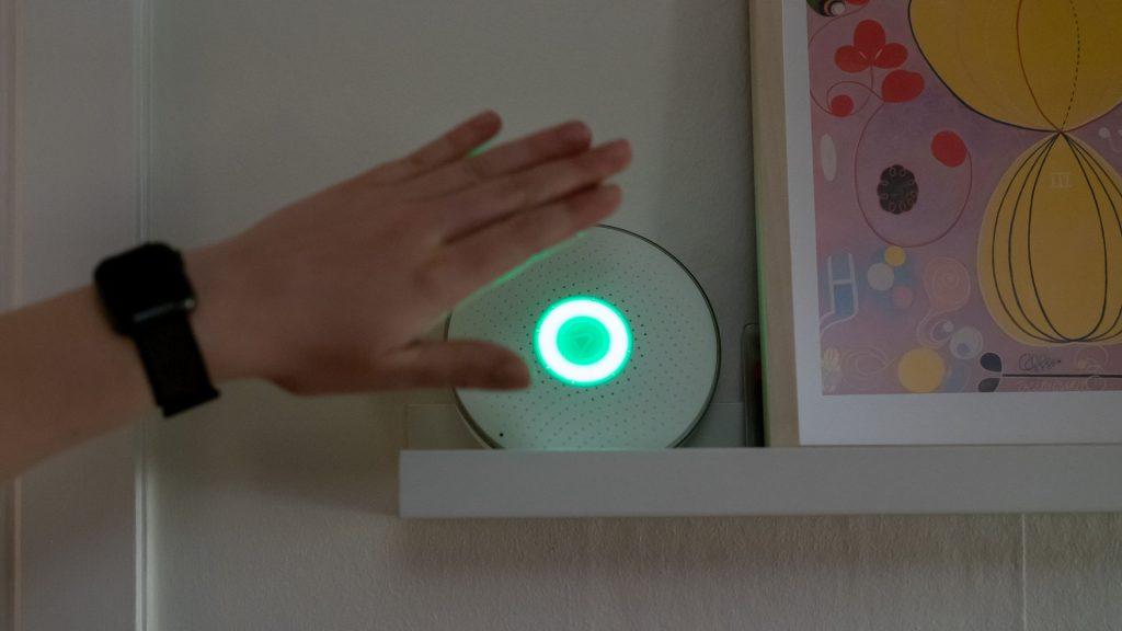 en sensor i hemmet som aktiveras av en hand