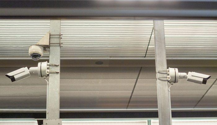 Övervakningskameror hänger utomhus på stolpar