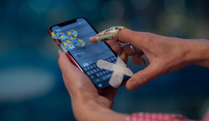 En person loggar in på sjukappar med en omplåstrad mobiltelefon.