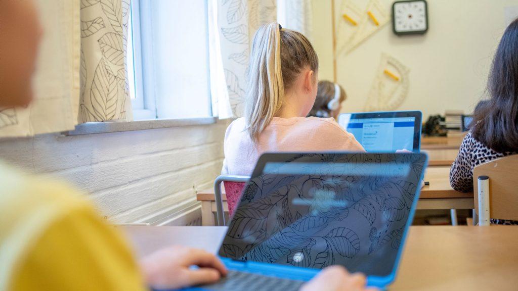 Klassrum med elever som använder datorer.