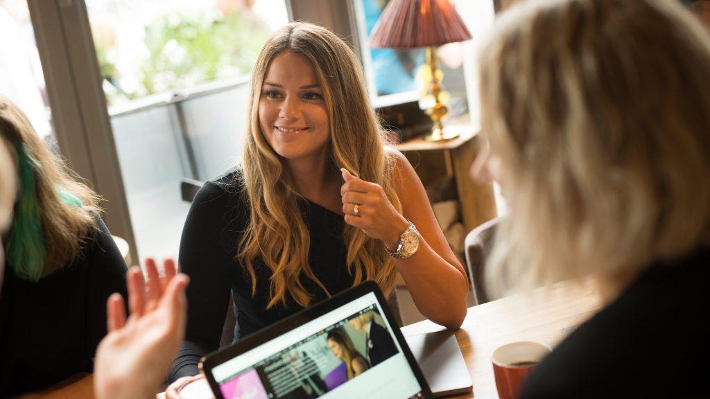 Cecilia Victoria Kärrberg, vd på Digitalsnack, sitter vid ett mötesbord tillsammans med andra.