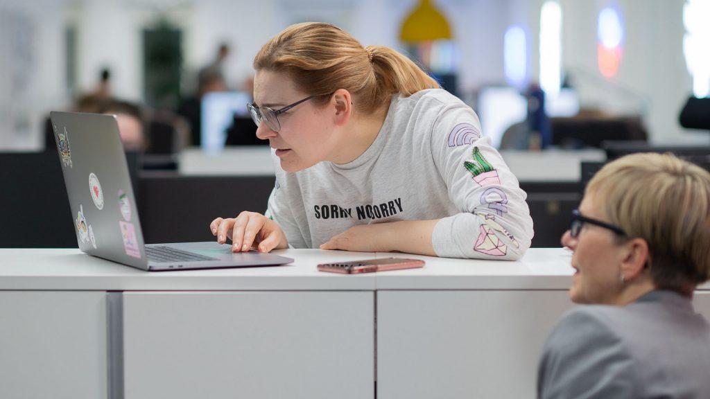 internetstiftelsen, internet, kontoret två kvinnor surfar på webben