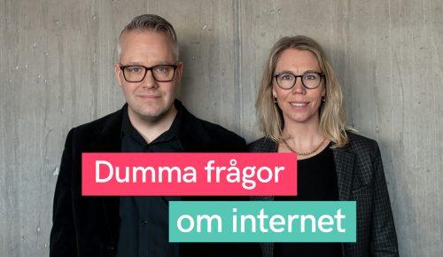 Måns och Jannike från Internetstiftelsen står framför en betongvägg