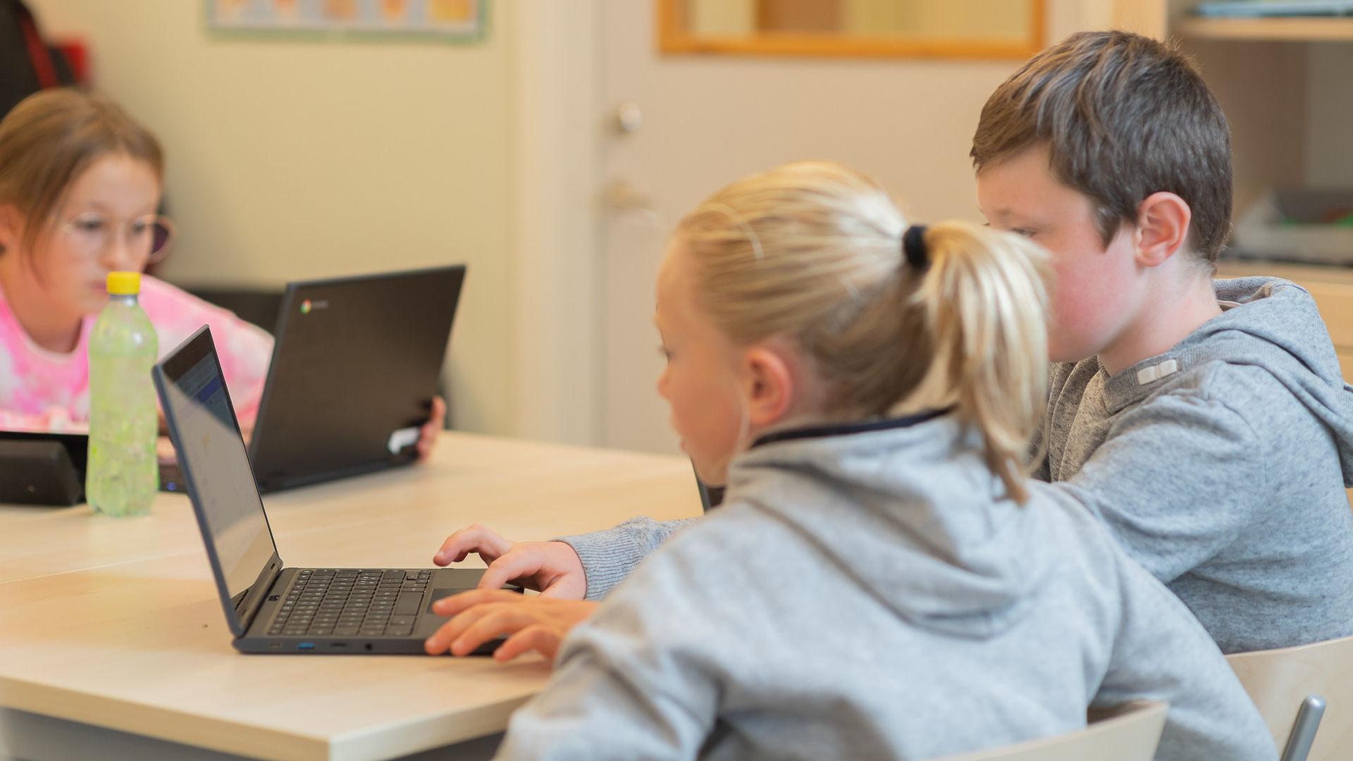 Elever arbetar med datorer
