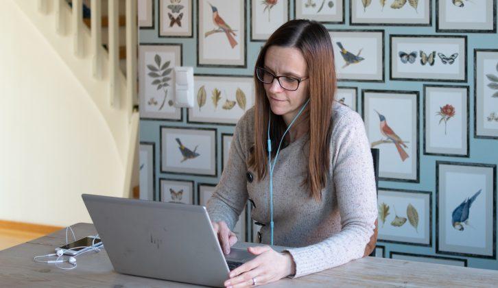 Kvinna som jobbar hemifrån med bärbar dator