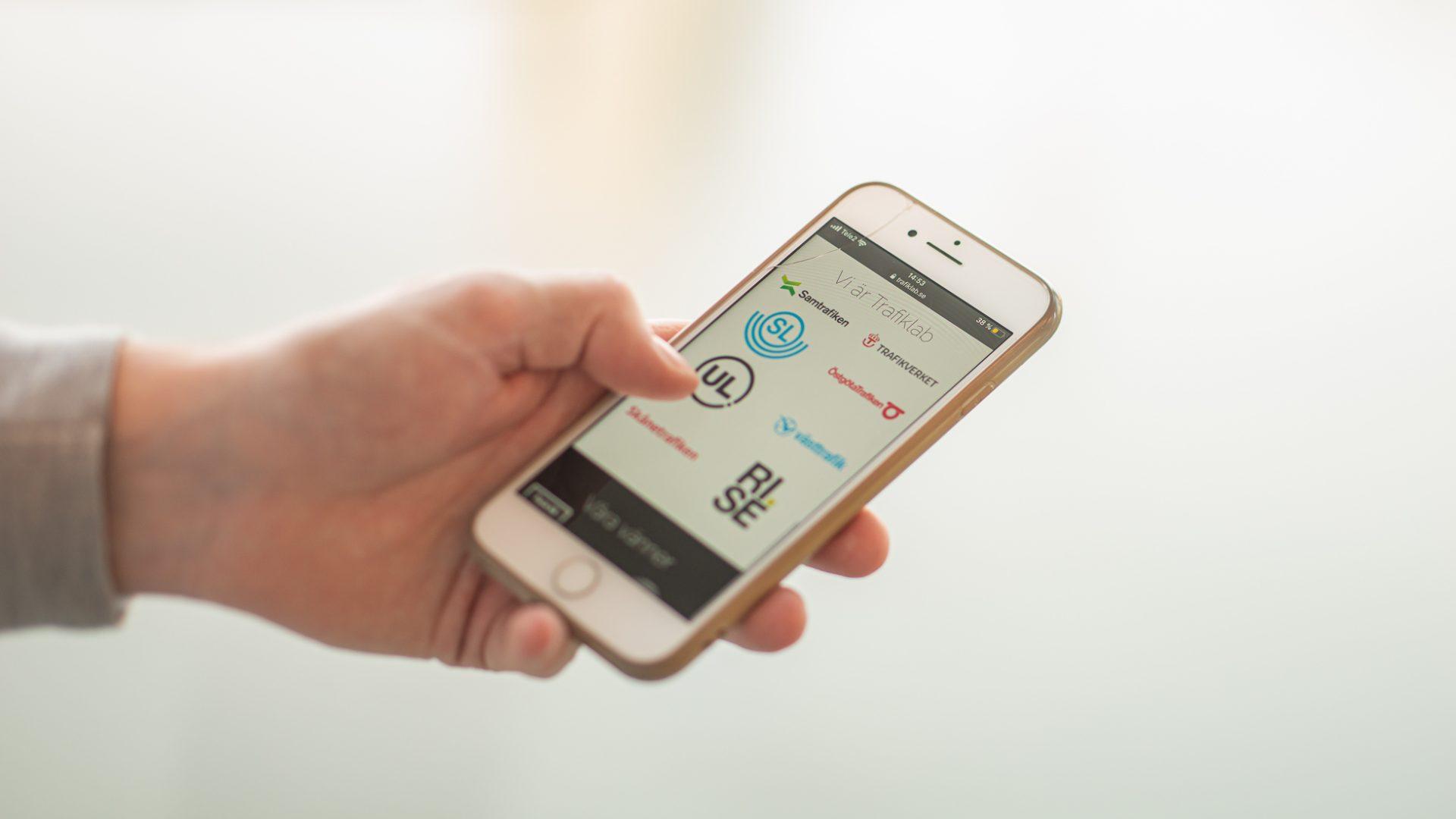 Person scrollar på tjänsten Trafiklab, som bidrar med data om kollektivtrafik.