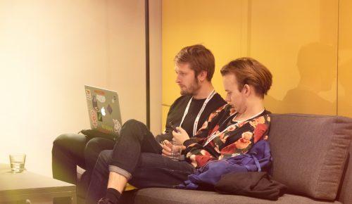 Två personer som sitter vid en dator.