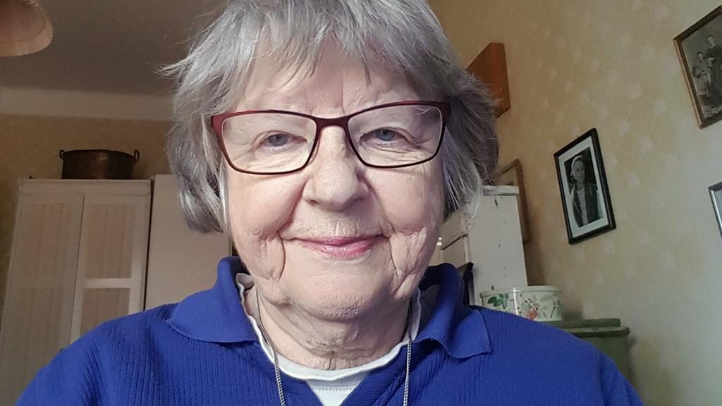 Äldre kvinna med glasögon