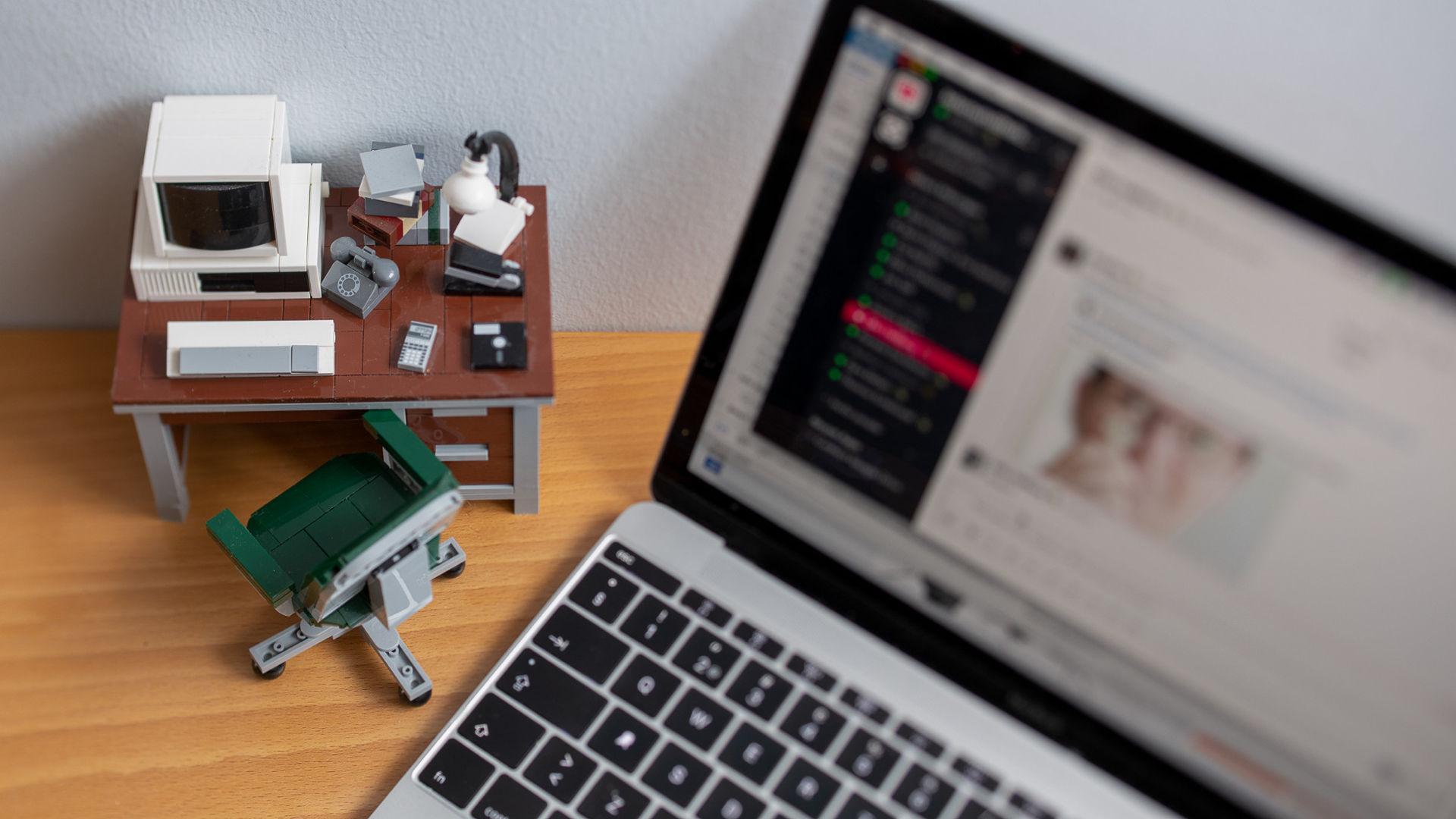 en dator och en legodator i ett hemmakontor